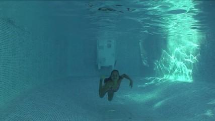 enfant sous l'eau dans la piscine
