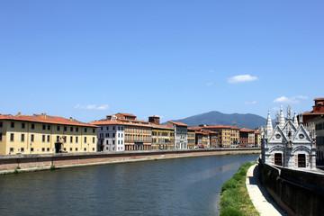 Häuser entlang des Arno in Pisa / Toskana