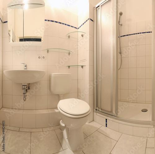 Bad mit Dusche, WC und Handwaschbecken