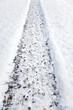 Spuren von Winterreifen im Schnee