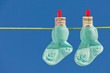 Baby Socken auf Wäscheleine mit Dollar Geldscheine