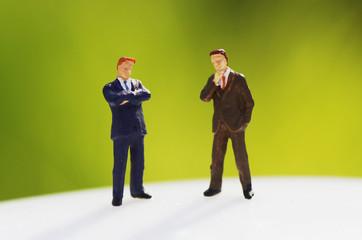 緑背景のビジネスマン