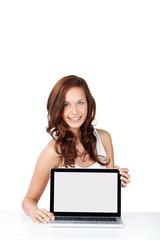 lächelnde frau zeigt laptop-monitor