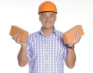 Señor arquitecto sujetando ladrillos de construcción.