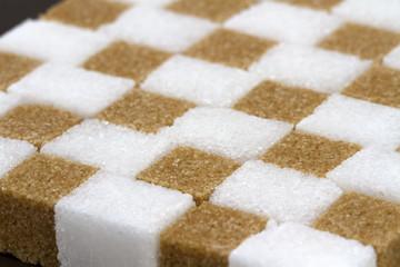 Morceaux de sucre blanc et de sucre roux