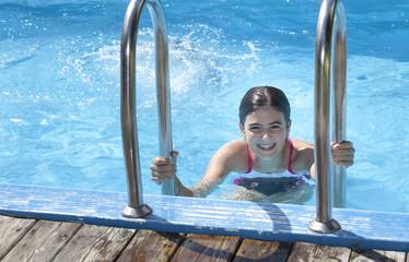 adolescente in piscina