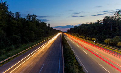 Nachtaufnahme an der Autobahn