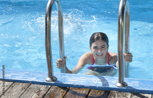 adolescente in piscina