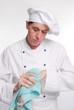 Retrato de un cocinero chef secando las manos con toalla.