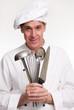 Cocinero chef sujetando utensilios de cocina,cocinando.