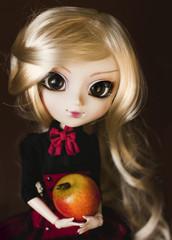 Кукла с яблоком