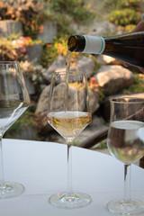 Weißwein einschenken