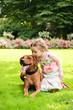 Mädchen mit großem Hund