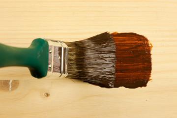 Holzfarbe aufbringen