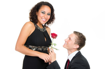 junger mann macht einen heiratsantrag