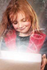 Kleiner Engel öffnet eine Geschenkbox