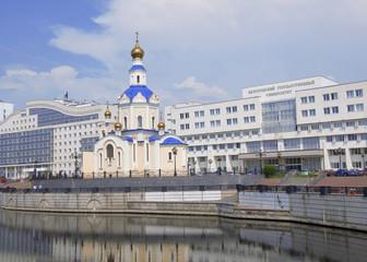 Главный корпус БелГУ и храм Архангела Гавриила. Белгород