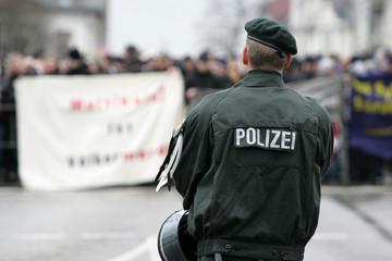 Polizist bei Demo