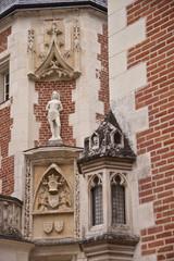 statue on the facade of Clos Lucè