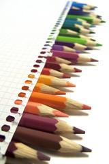 Lápices de colores, bloc, hoja de papel