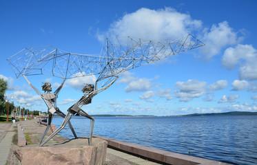 Памятник рыбакам на набережной Онежского озера в Петрозаводске.
