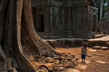 Ein Mädchen am frühen Morgen im Ta Prom Tempel, Angkor