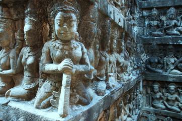 Figuren in der Terrasse des Lebra Königs bei Angkor