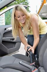 Junge Frau bei Fahrzeug-Innenreinigung