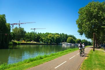 Piste cyclable le long du canal de la Bruche à Strasbourg