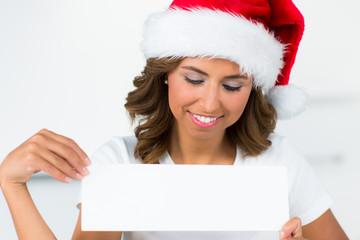 frau mit weihnachtsmütze und schild