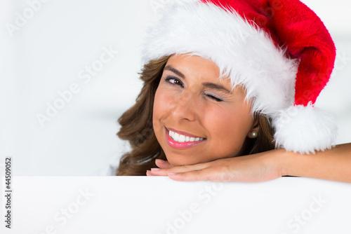zwinkernde weihnachtsfrau mit schild