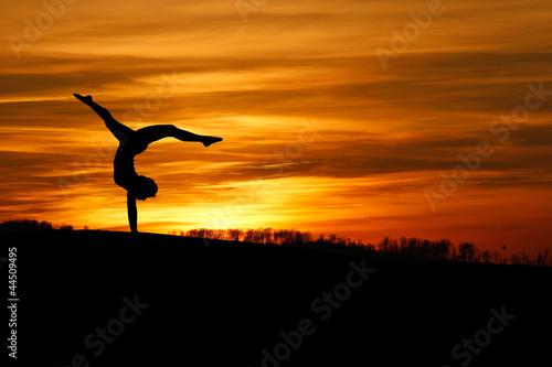Keuken foto achterwand Dance School sunset handstand of female gymnast