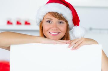 glückliche weihnachtsfrau mit werbehinweis