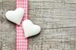 Zwei Herzen vor Holzhintergrund