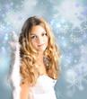 Frohe Weihnachten: Blonder Engel mit Schneeflocken