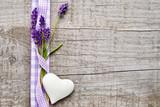 Lavendel und Herz mit Schleife - 44514605