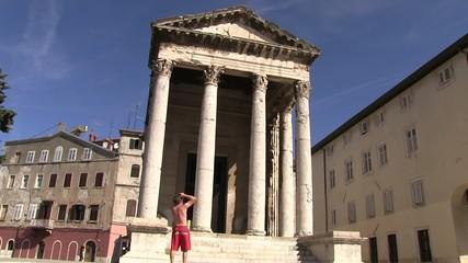 photographe devant le temple d'auguste