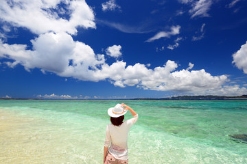 澄んだ海を眺める女性
