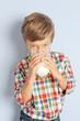 Kind trinkt ein Glas Milch