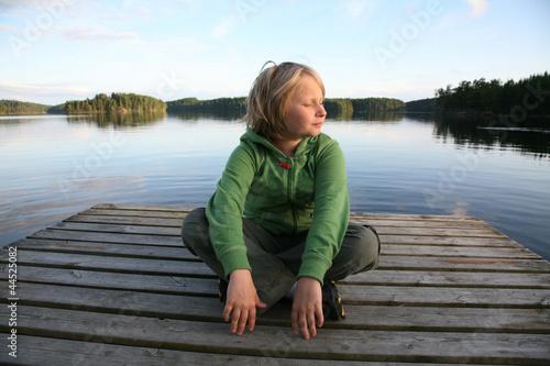Leinwanddruck Bild Junge am See