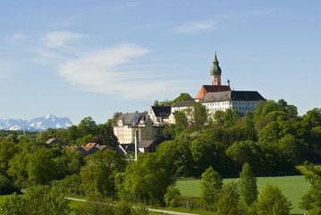 Kloster Andechs vor Alpenkette