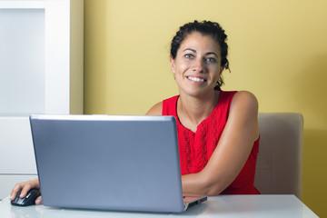 Mujer trabajando en un ordenador