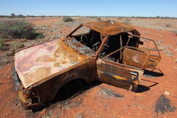Voiture cassée dans le grand désert de sable australien