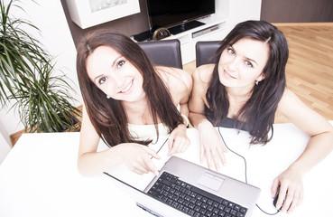 Frauen zuhause vor dem Computer