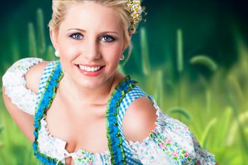 junge blonde Frau in Trachtenmode von Weizenfeld-Hintergrund