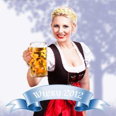 junge blonde Frau in Trachtenmode mit Masskrug
