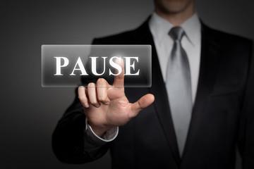 Mann drückt touchscreen button - Pause