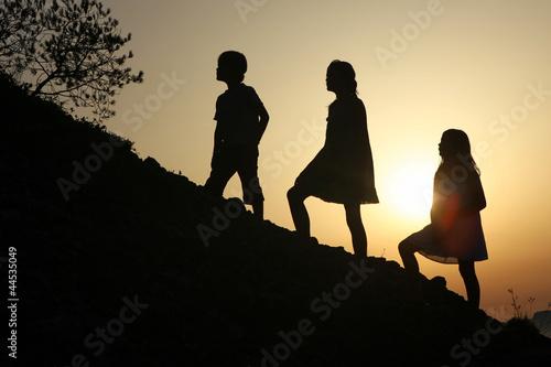 3 enfants montant une colline