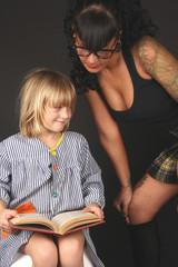 Niño en la escuela mirando a maestra sexy