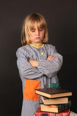 Niño en la escuela estudiando